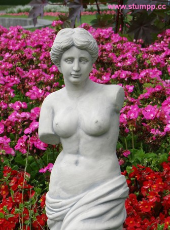 CARTOON Statue vor Blumen